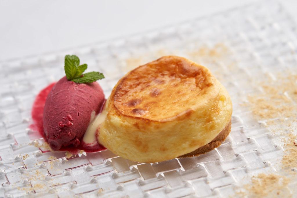 Tarta de queso de Borja Segura con crumble de limón y helado de frutos rojos, Alma of Spain