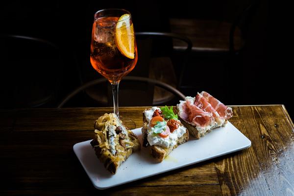 Cichetti de sardinas en saor, de burrata y tomate seco, de gorgonzolla y coppa y Aperol spritz- El Bacaro de Fabio Gasparini