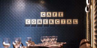 cena y cine en café comercial