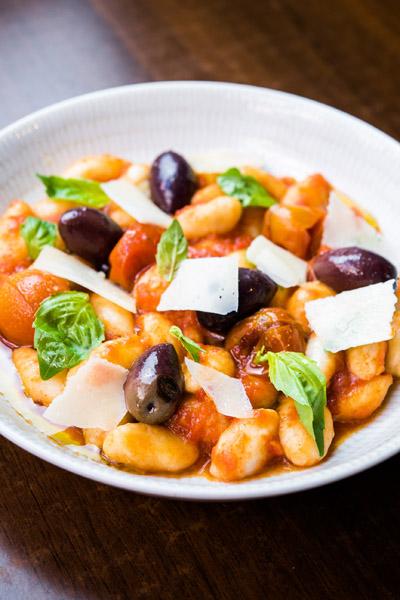 Gnocchis de ricotta, olivas kalamata, tomates cherry confitados y lascas de parmesano, La Dominga