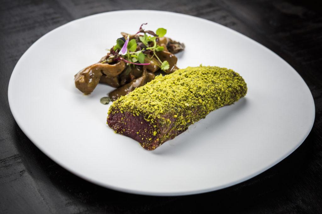 Lomo de ciervo con frutos secos y estofado de níscalos - Restaurante Sandó