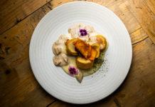 Medallones de pularda rellena de foie con salsa de edulis y patatas trufadas 1