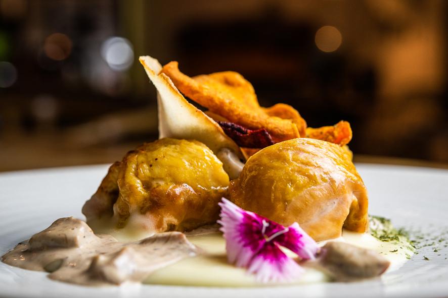 Medallones de pularda rellena de foie con salsa de edulis y patatas trufadas 2