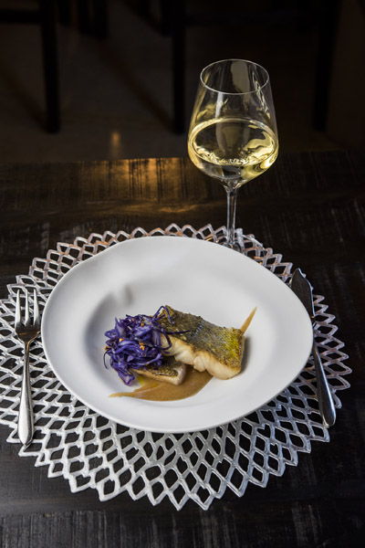 Merluza con crema de manzanas a la sidra y tallarines de lombarda - Restaurante Sandó