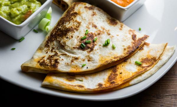 Quesadillas rellenas de pulpo a la gallega con salsa de pimentón y guacamole - Con 2 Fogones